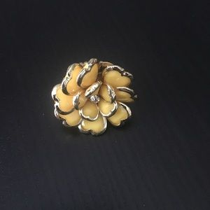 Jewelry - Yellow flower ring with gold band